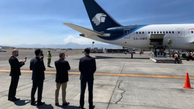 Funcionarios de la embajada de Rusia y de la empresa Birmex observan el desembarco de las 200 mil dosis de la vacuna Sputnik en el Aeropuerto Internacional de la Ciudad de México, el 10 de marzo de 2021. Foto José Antonio López